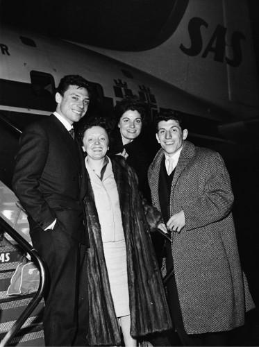 Edith_Piaf,_singer,_France_with_Felix_Martens_at_Kastrup_Airport