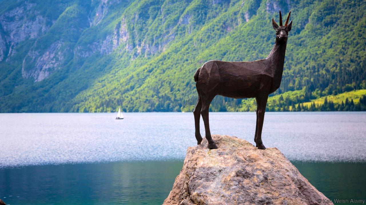 EYX3W4 Lake Bohinj (Bohinjsko jezero), Triglav National Park, Upper Carniola, Slovenia. Statue of Zlatorog on the shore of the lake.
